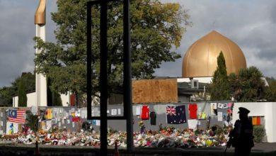 مسجد النور تحوطه الورود ورسائل للضحايا