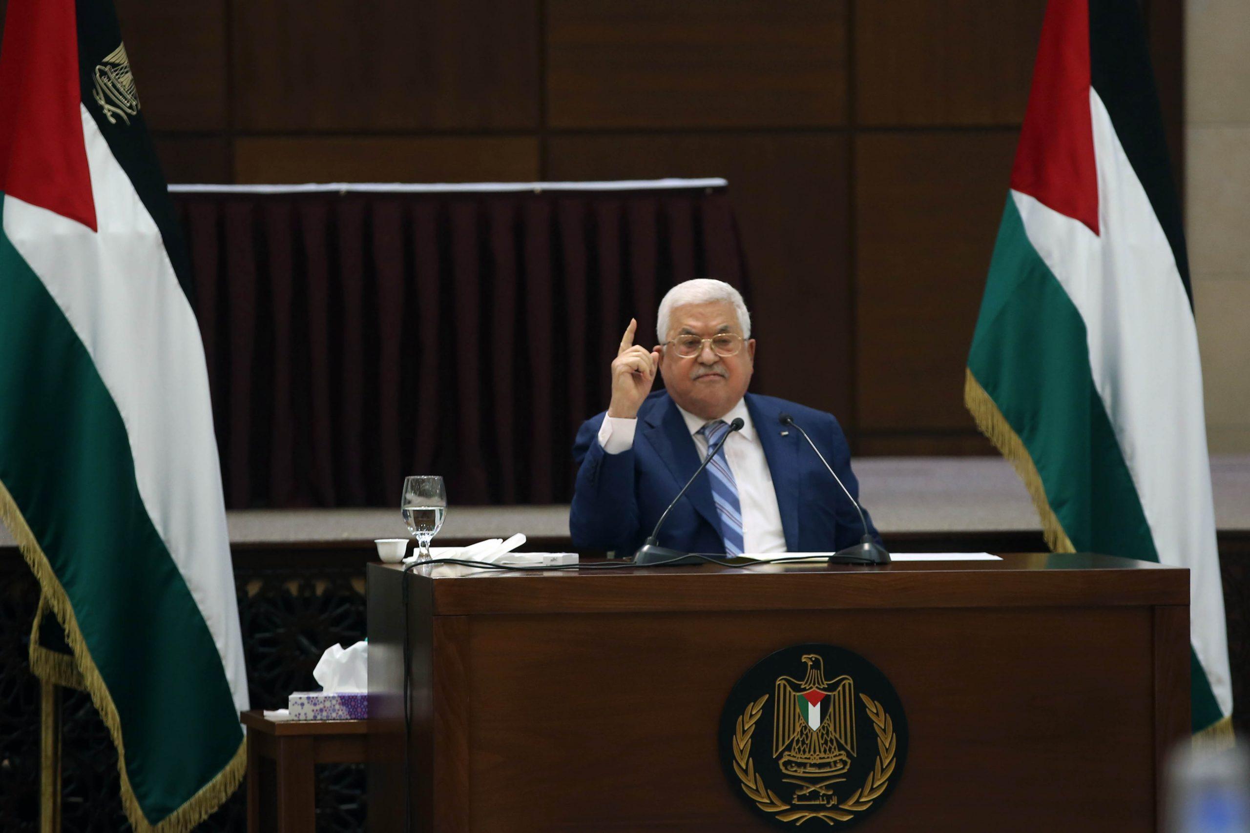 أبو مازن أثناء ترؤسه اجتماع القيادة