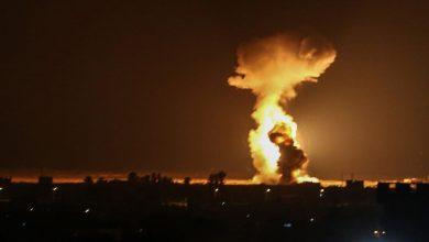 تصاعد ألسنة اللهب بعد غارات إسرائيلية على مدينة رفح جنوب قطاع غزة، 12أغسطس 2020.