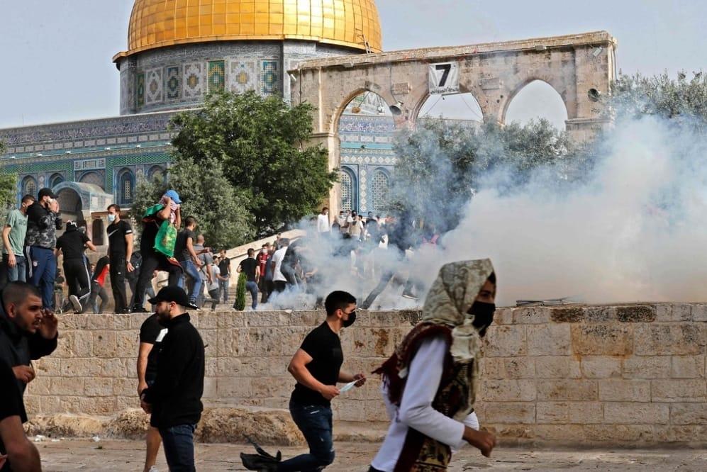 الوضع بساحات المسجد عبارة عن ساحة حرب
